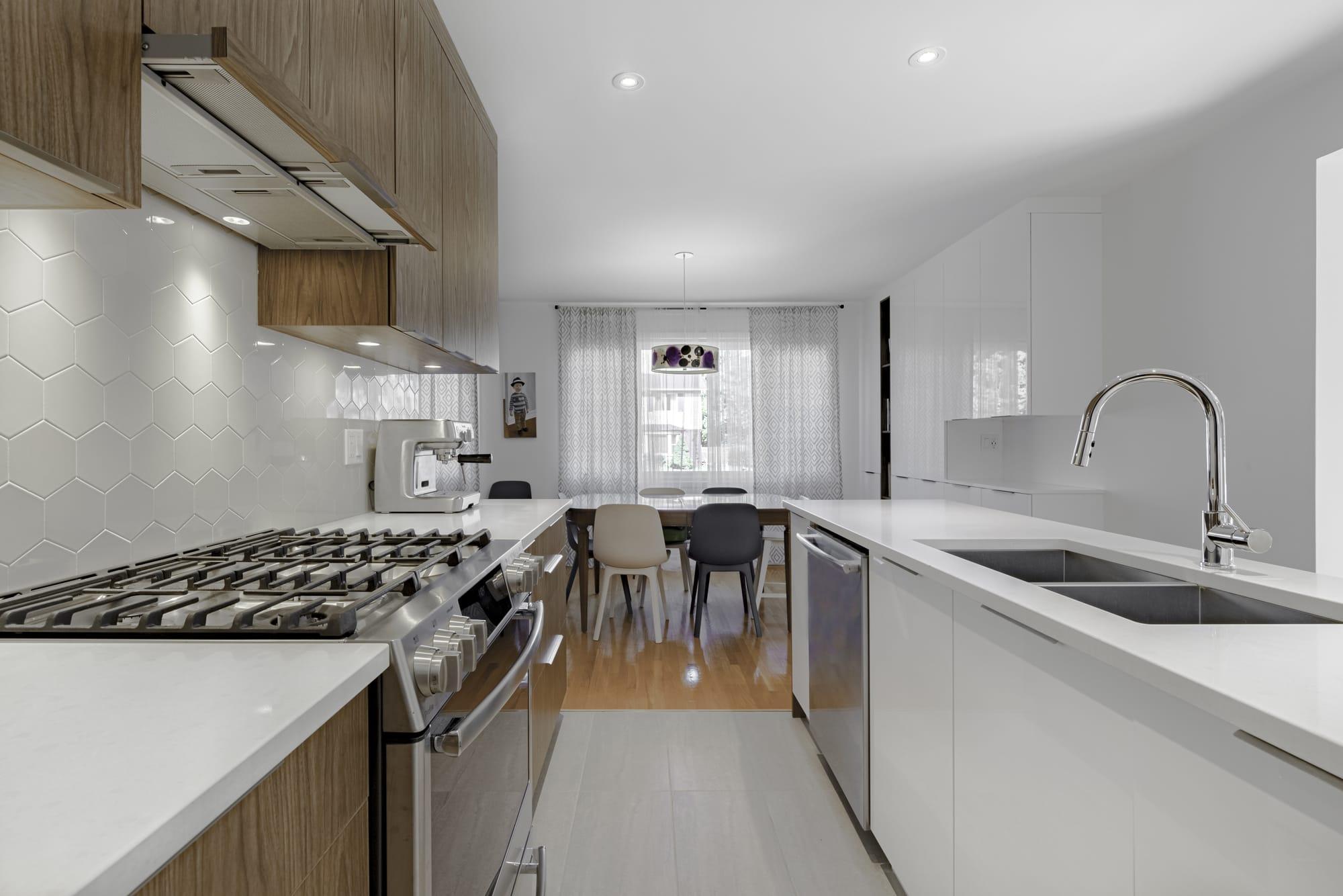 cuisine moderne blanche et bois pâle