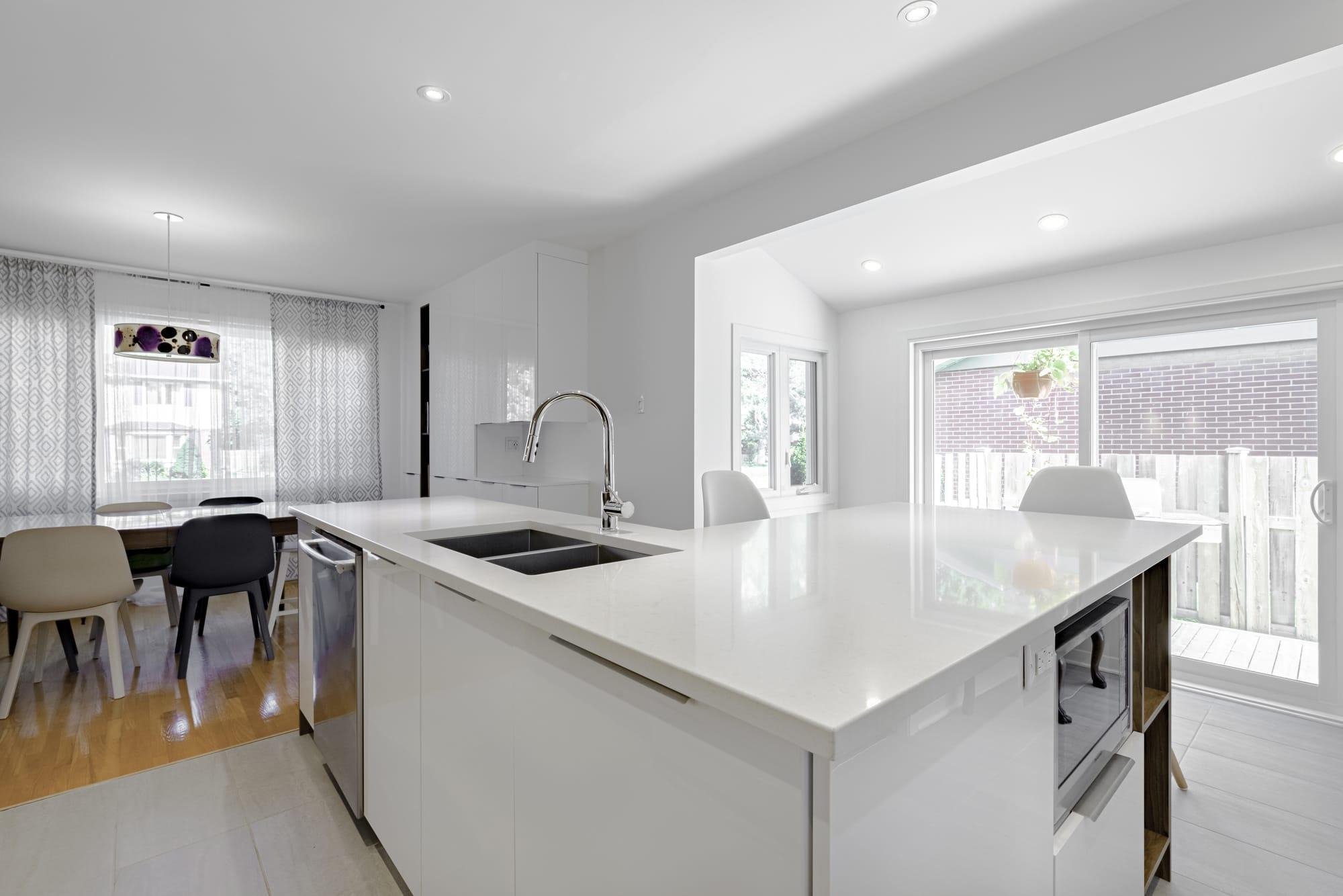 ilot de cuisine blanc avec comptoir en quartz