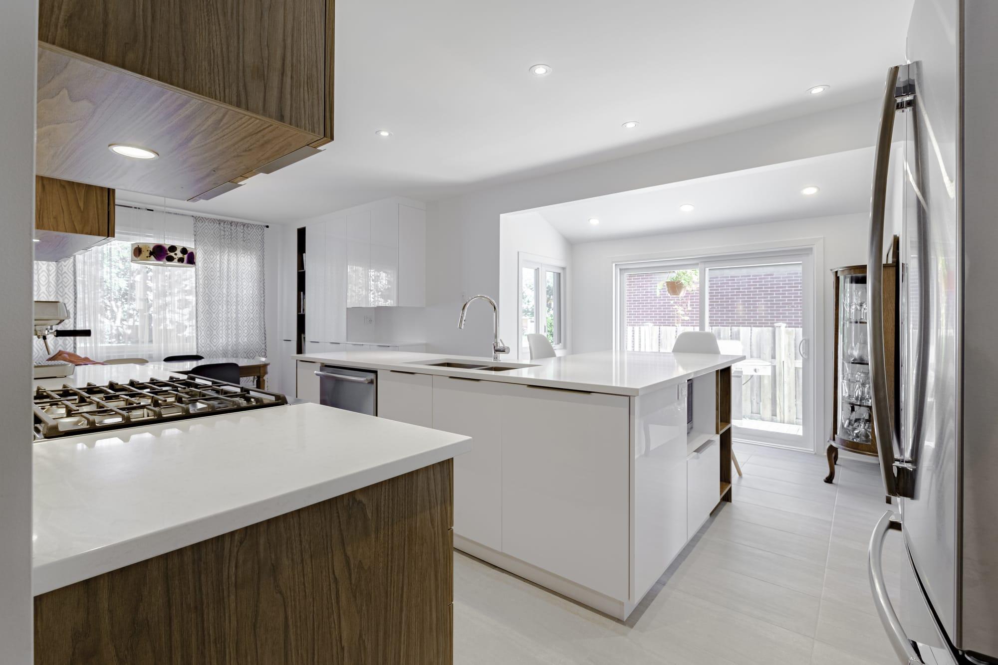 rénovation d'une cuisine au style moderne avec grand îlot