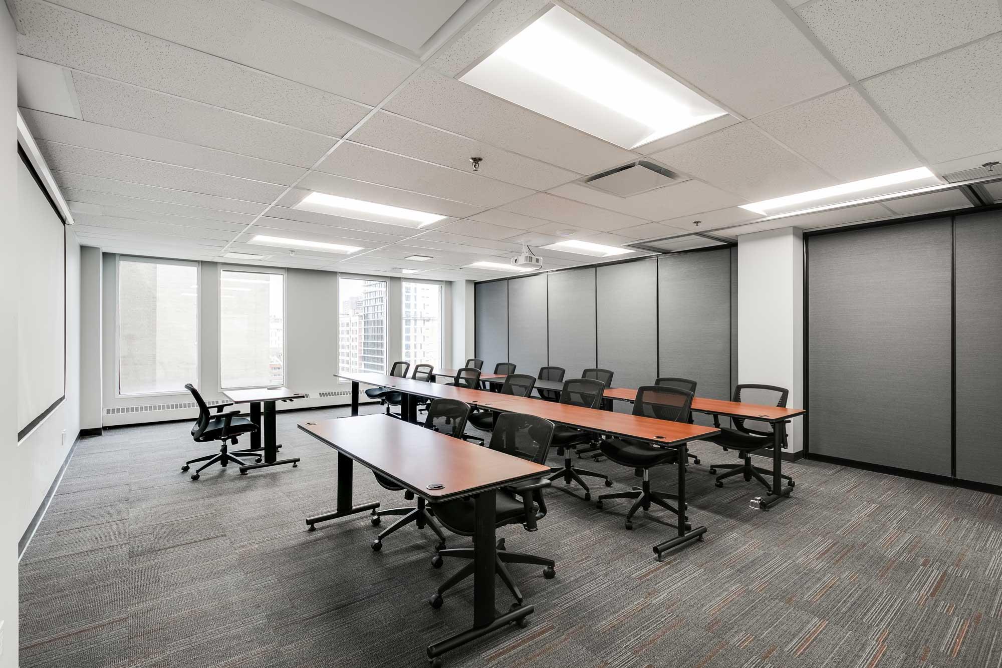 salle de classe avec tables et chaises