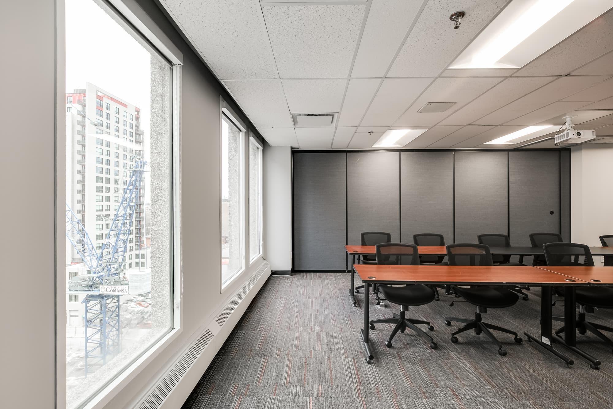 salle de cours avec différentes tables et chaises + cloison amovible et grandes fenêtres