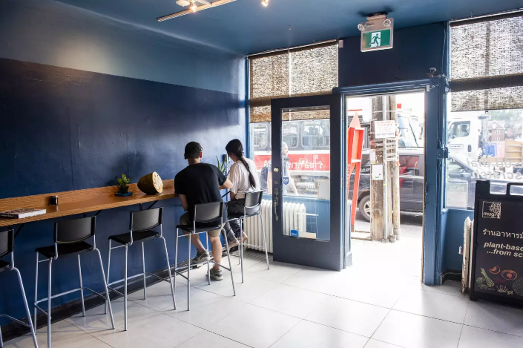 aménagement intérieur restaurant MUGI avec comptoir, bancs et murs bleus