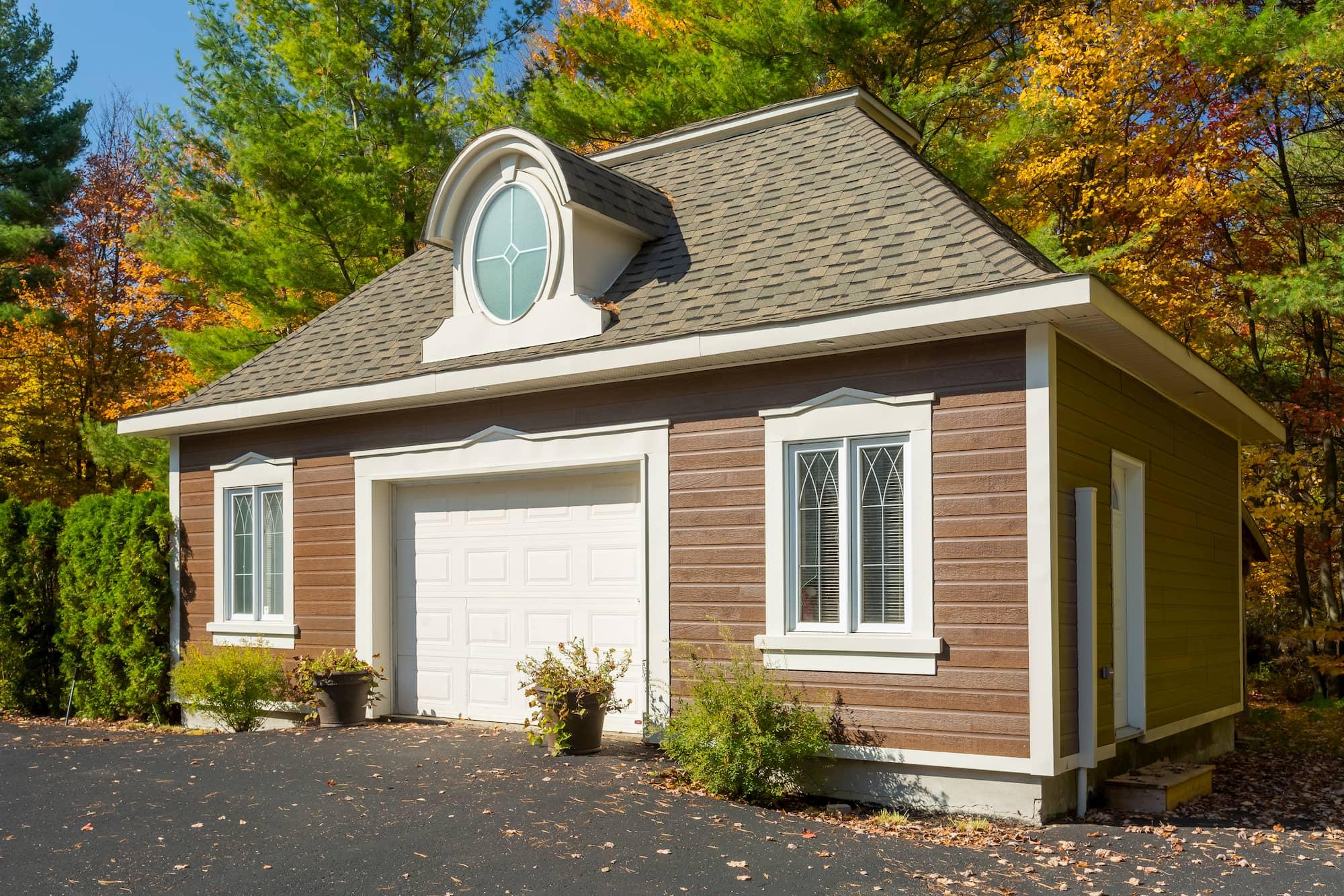 garage détaché en CanExel avec porte de garage blanche