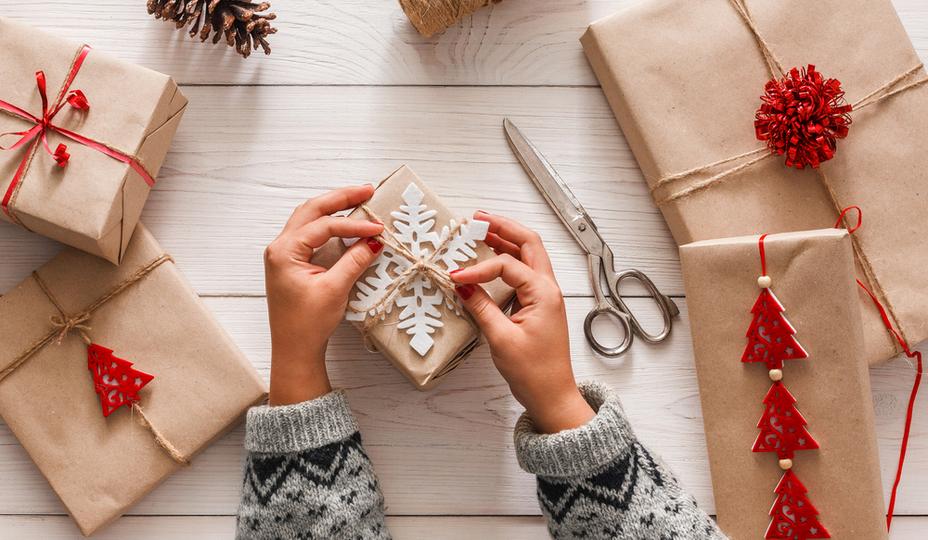 hands-tying-present