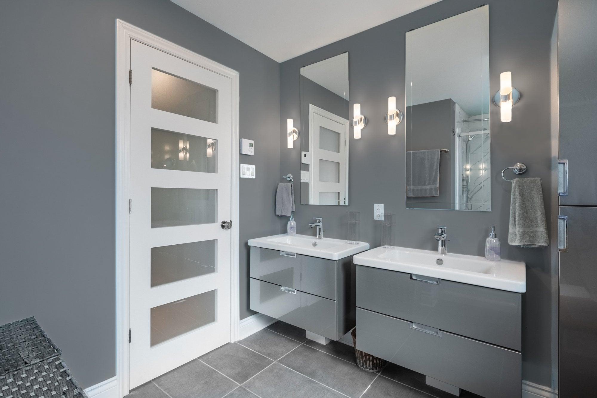 rénovation de salle de bain grise avec deux vanités