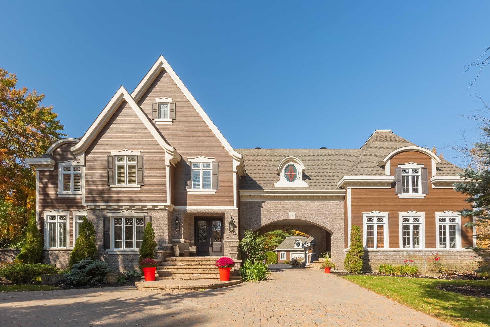 revêtement extérieur en canexel brun pâle sur une maison de prestige - vue façade