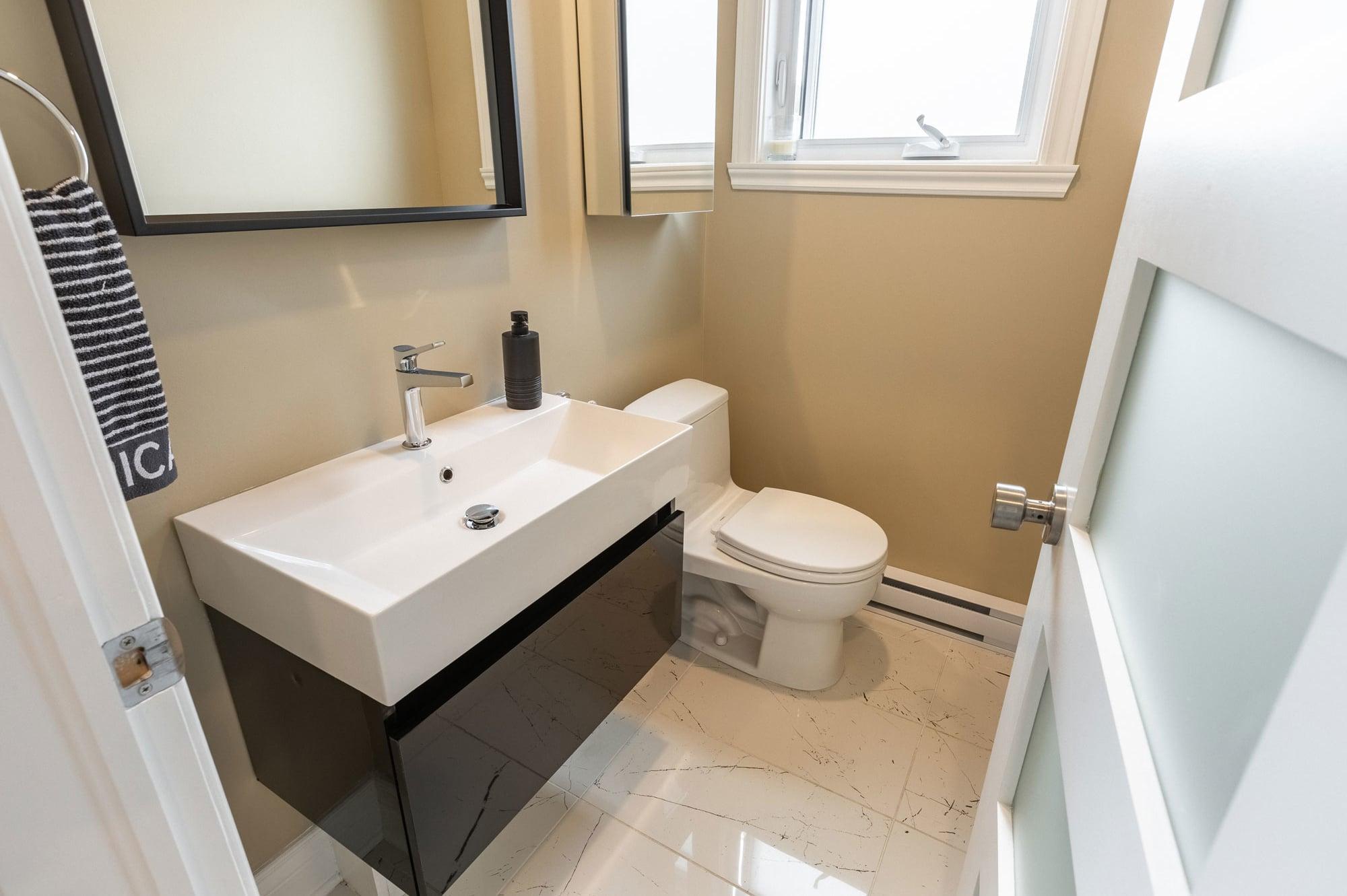 salle d'eau beige avec vanité autoportante