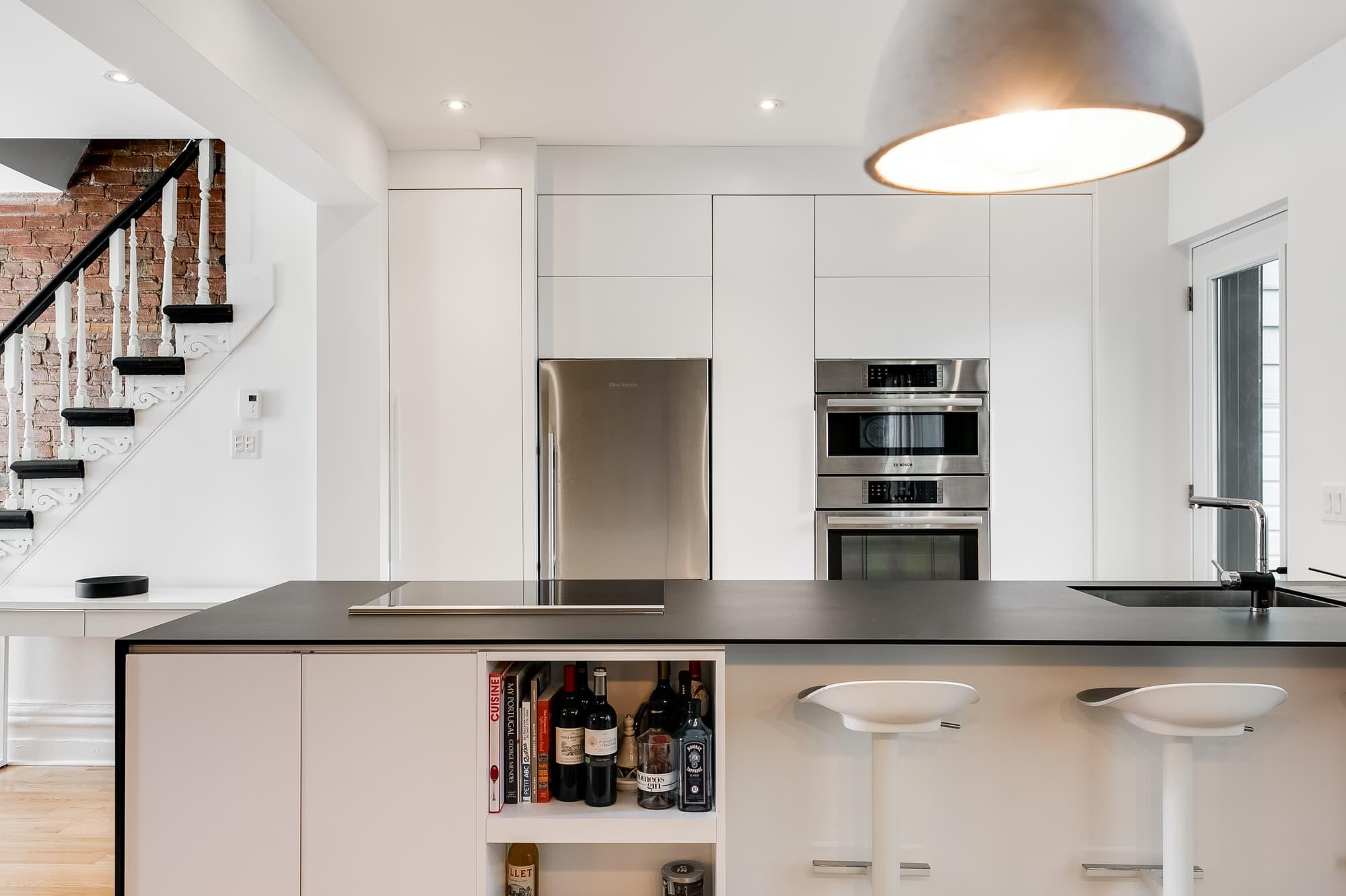 cuisine design blanche avec grand îlot