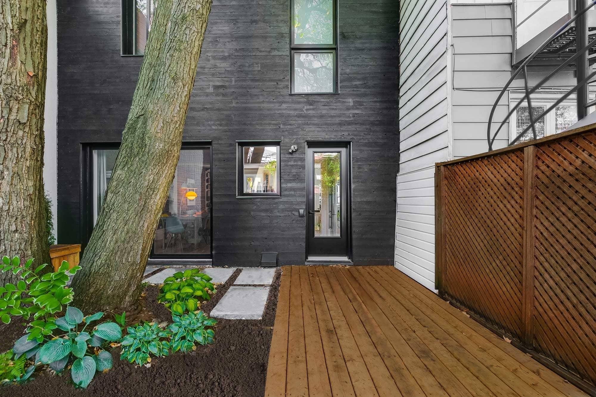 porte et fenêtre et aluminium noir avec revêtement extérieur en bois noir
