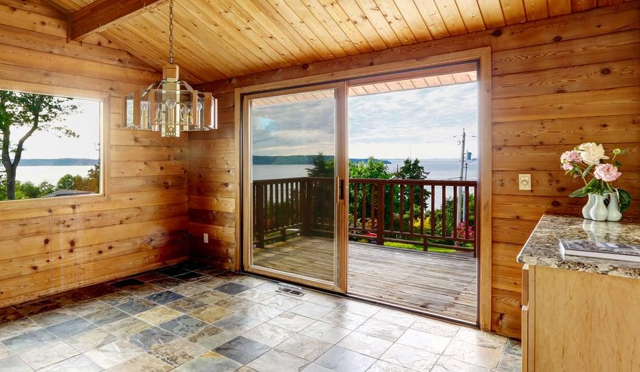 porte patio en bois dans une maison rustique