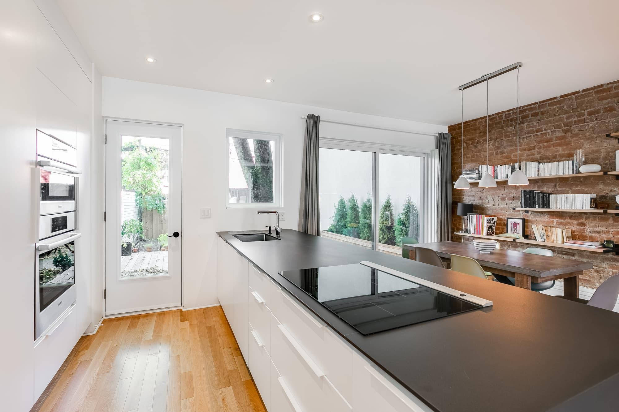 rénovation de cuisine blanche moderne avec grand îlot