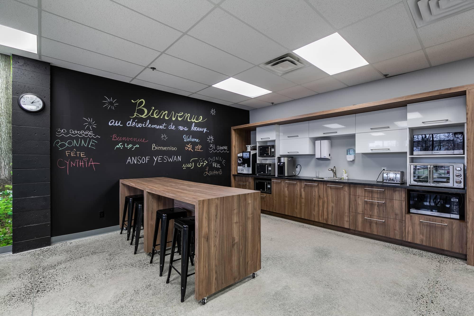 cafétéria dans une entreprise avec comptoir lunch, micro-ondes et tableau noir