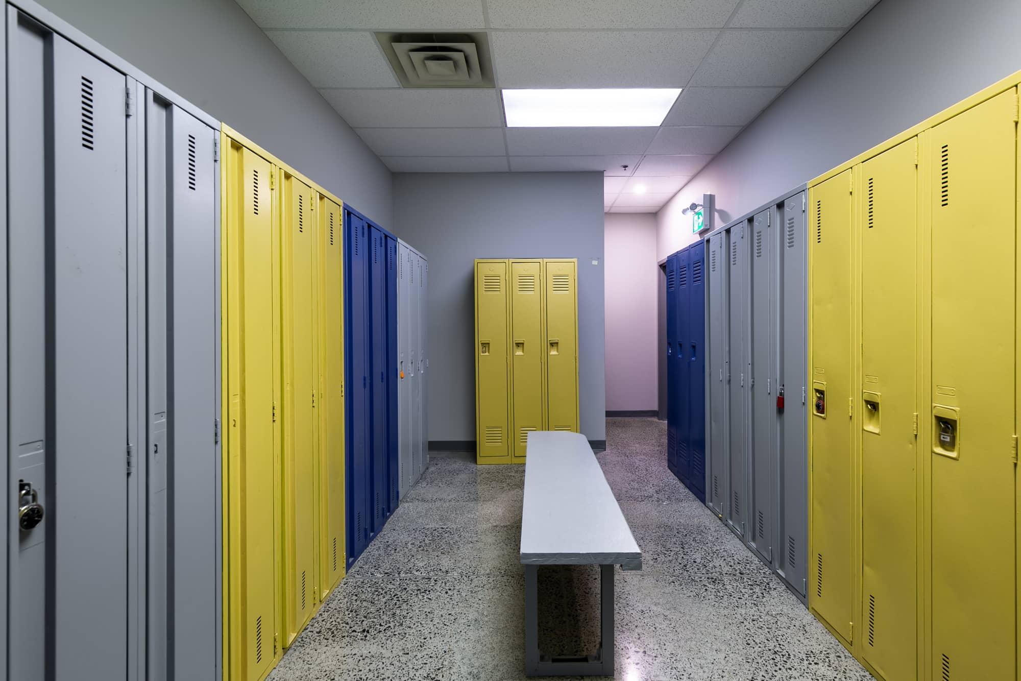 casier metal colorés dans une salle d'employés
