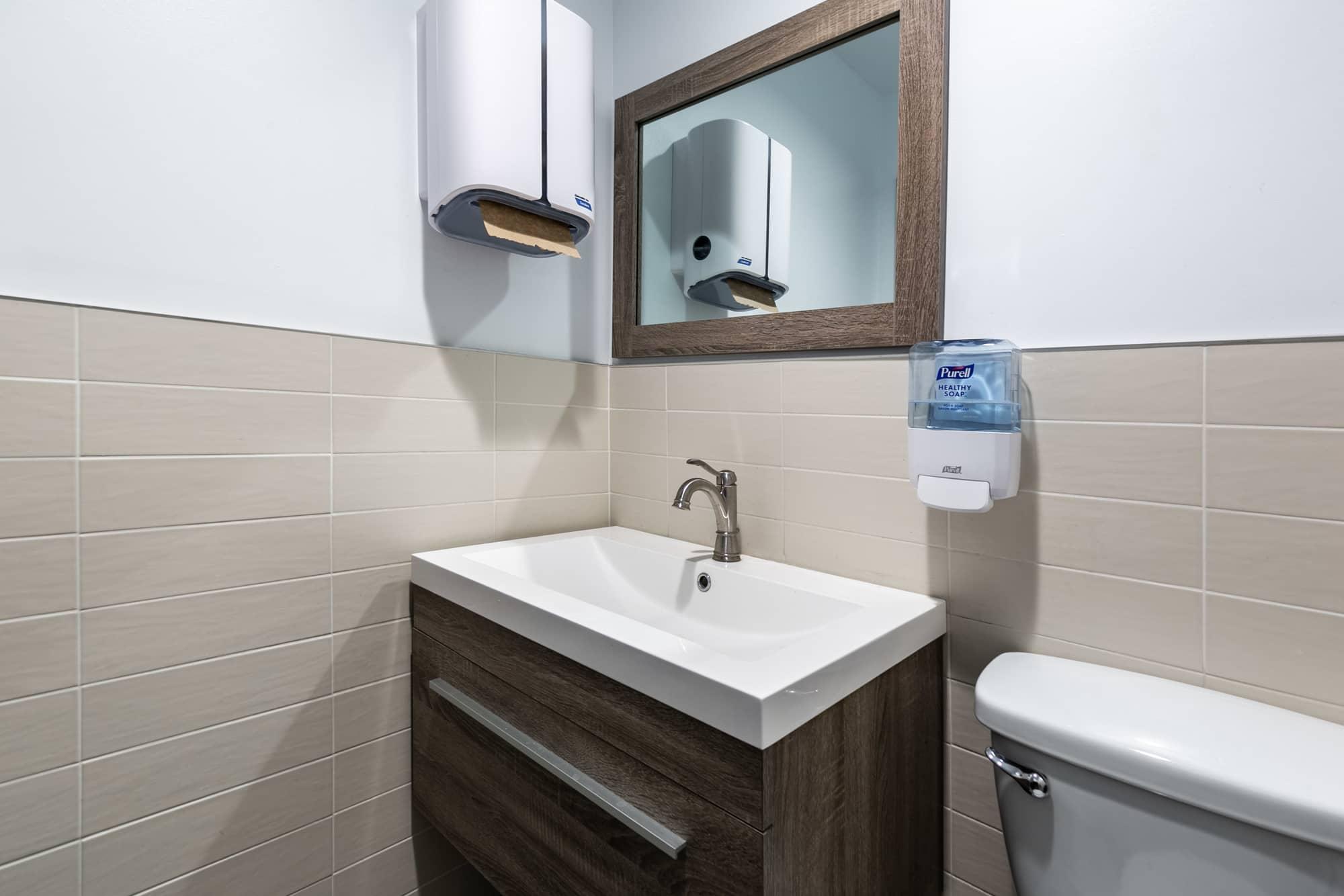 petite salle de bain d'entreprise avec lavabo simple