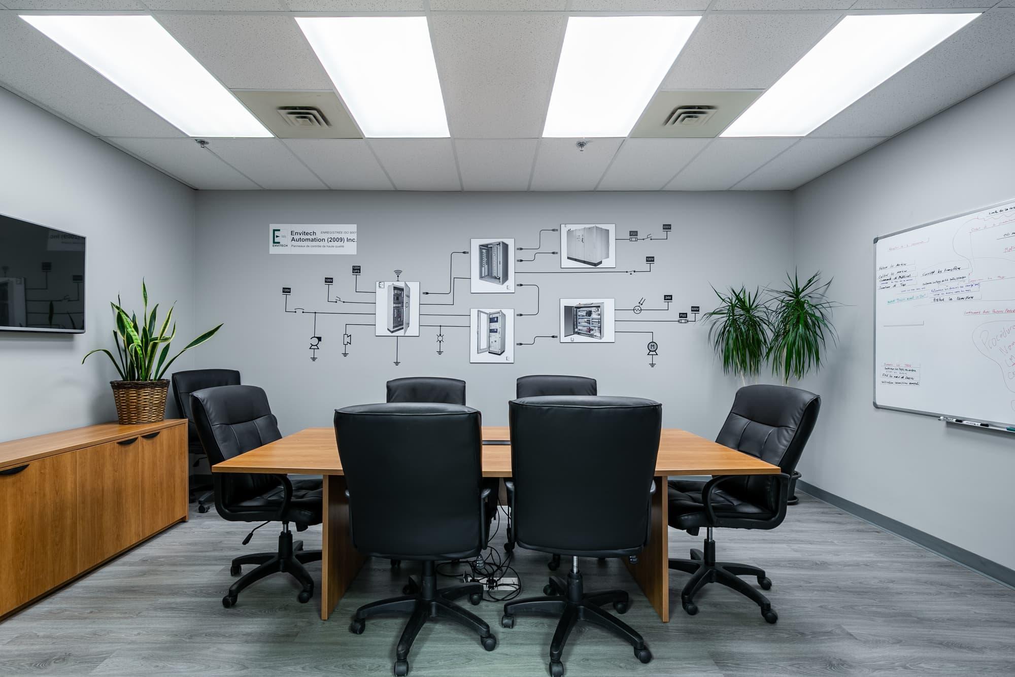 salle de conférence avec table en bois, crédence et chaises en cuir