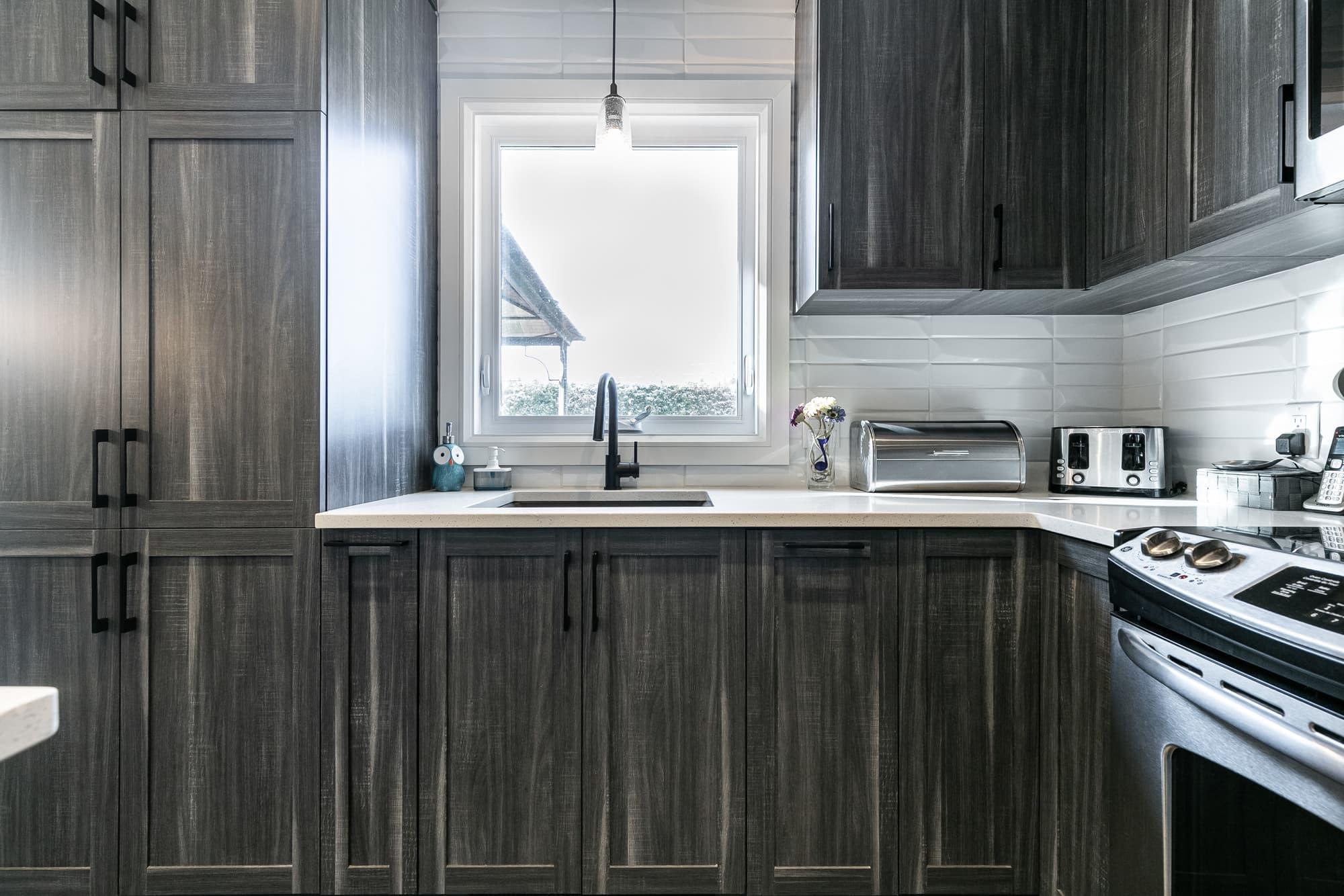 armoires de cuisine contemporaine gris foncé
