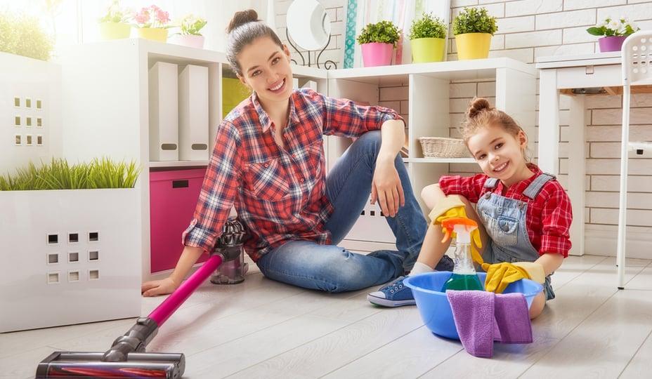 mère et fille effectuant ménage du printemps