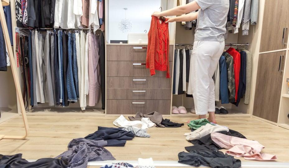 Femme faisant le ménage de sa garde-robe
