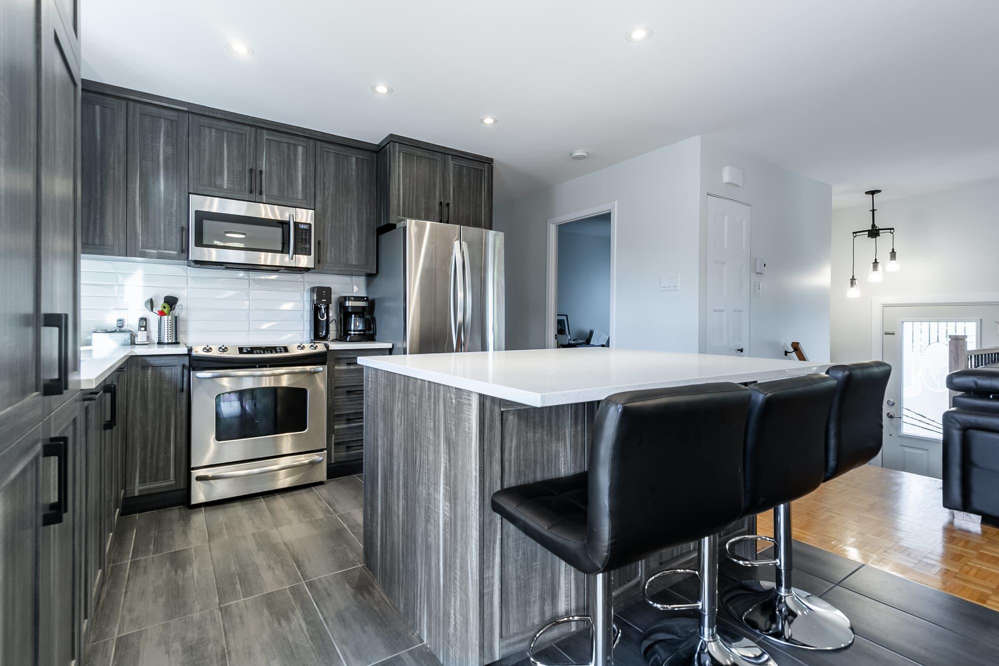 rénovation d'une cuisine contemporaine avec armoires gris foncé et îlot
