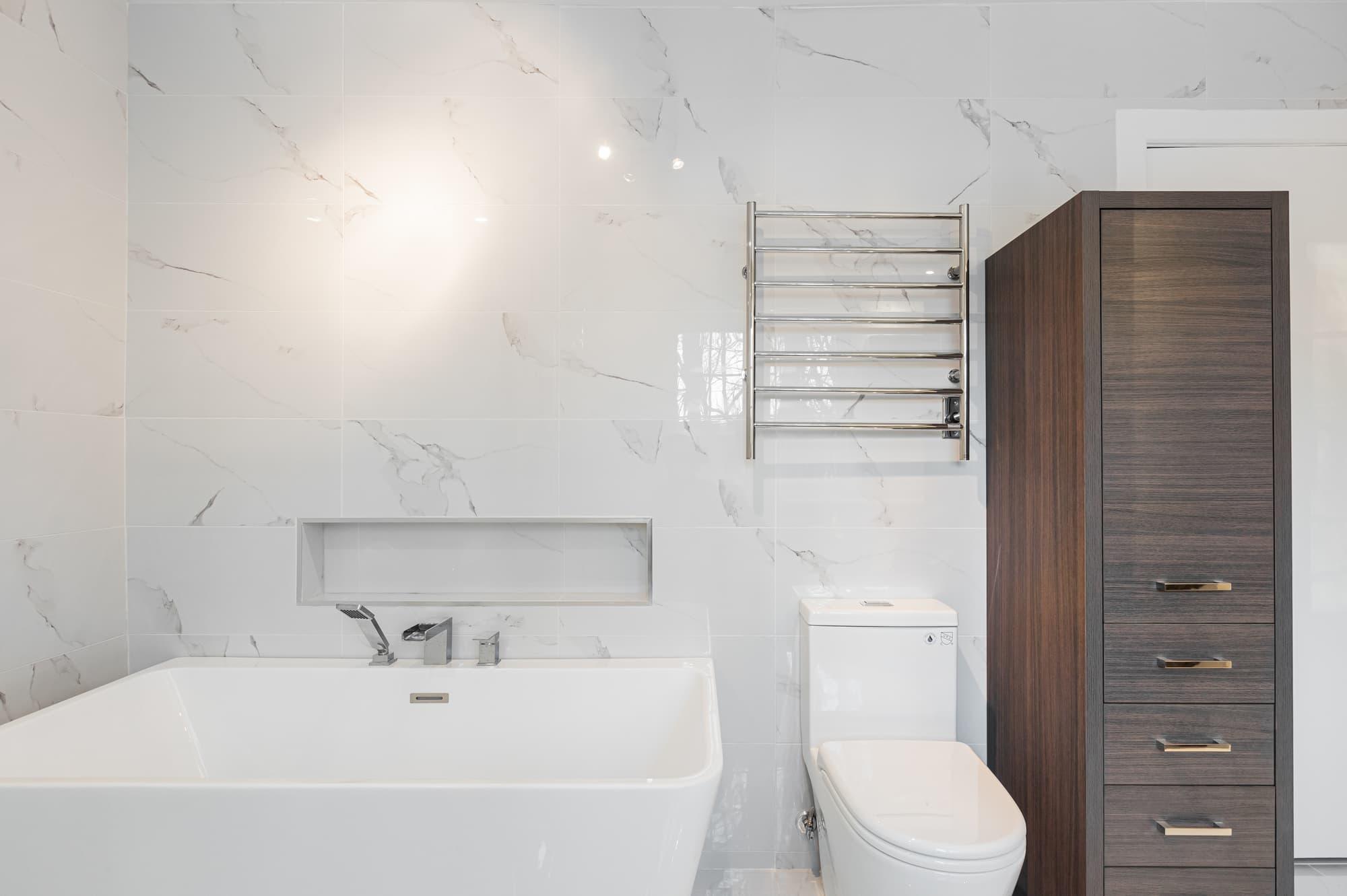 bain rectangulaire autoportant avec lingerie sur mesure