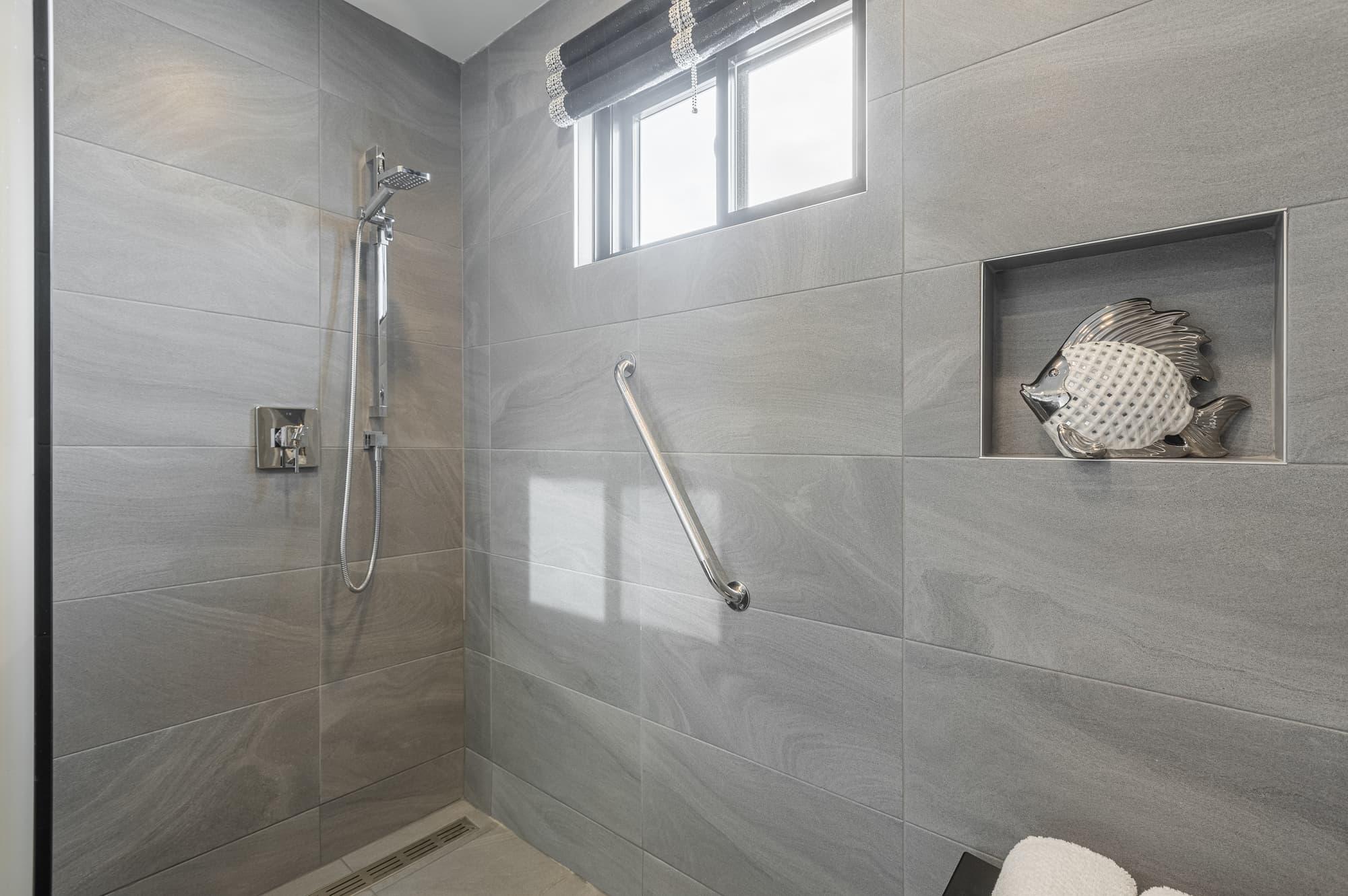douche italienne adaptée avec barres pour personnes âgées
