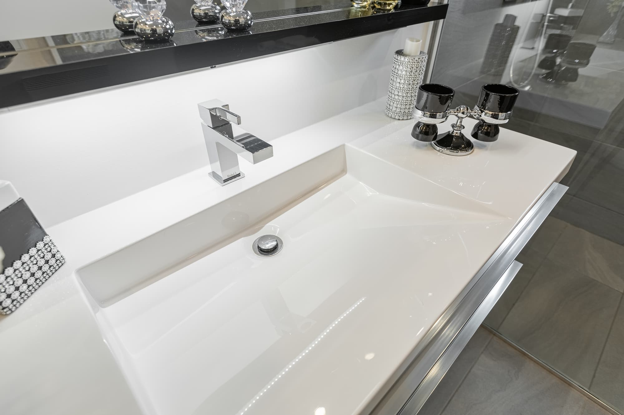 large sink with silver faucet