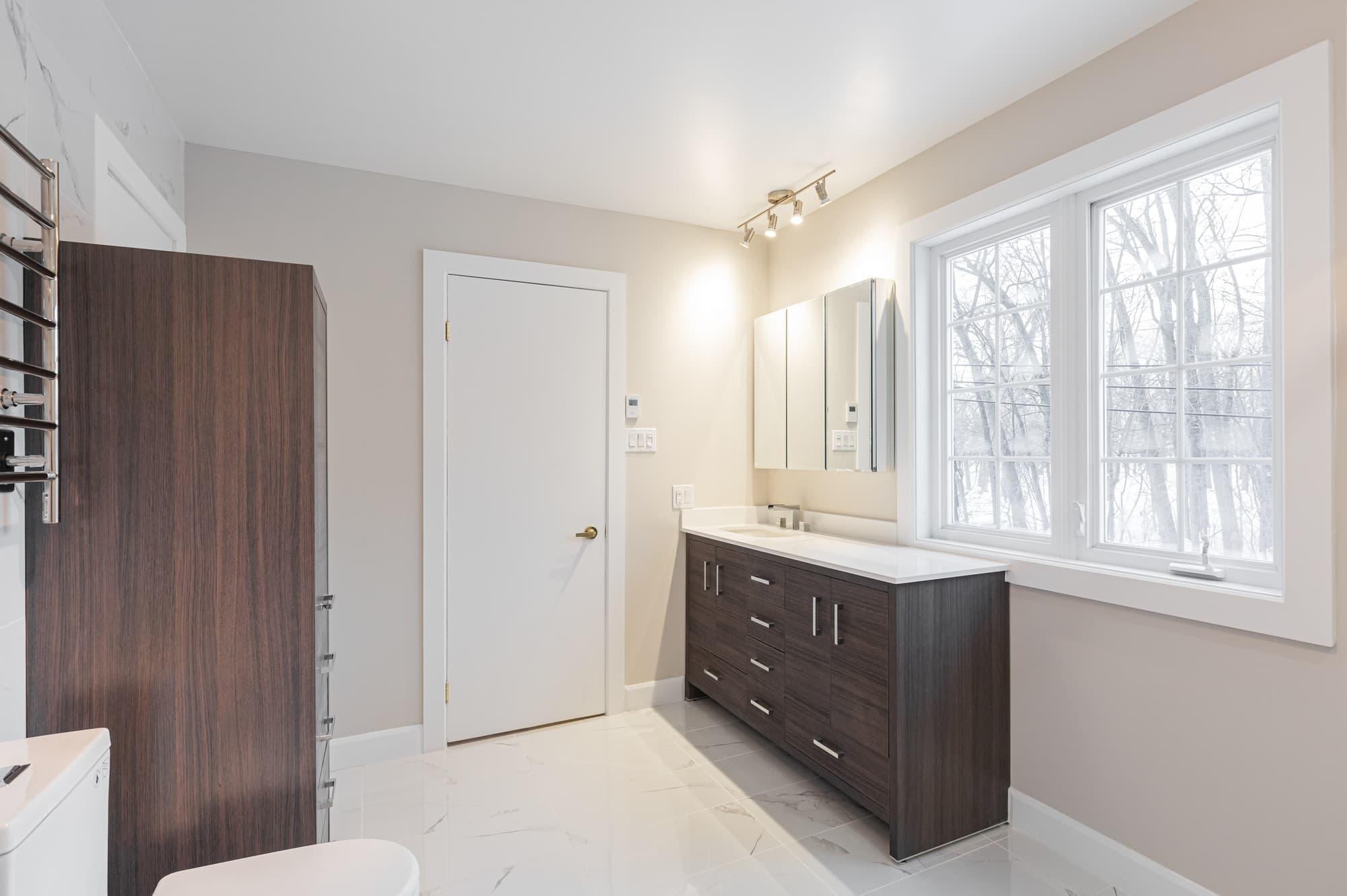 rénovation de salle de bain moderne avec vanité et lingerie sur mesure