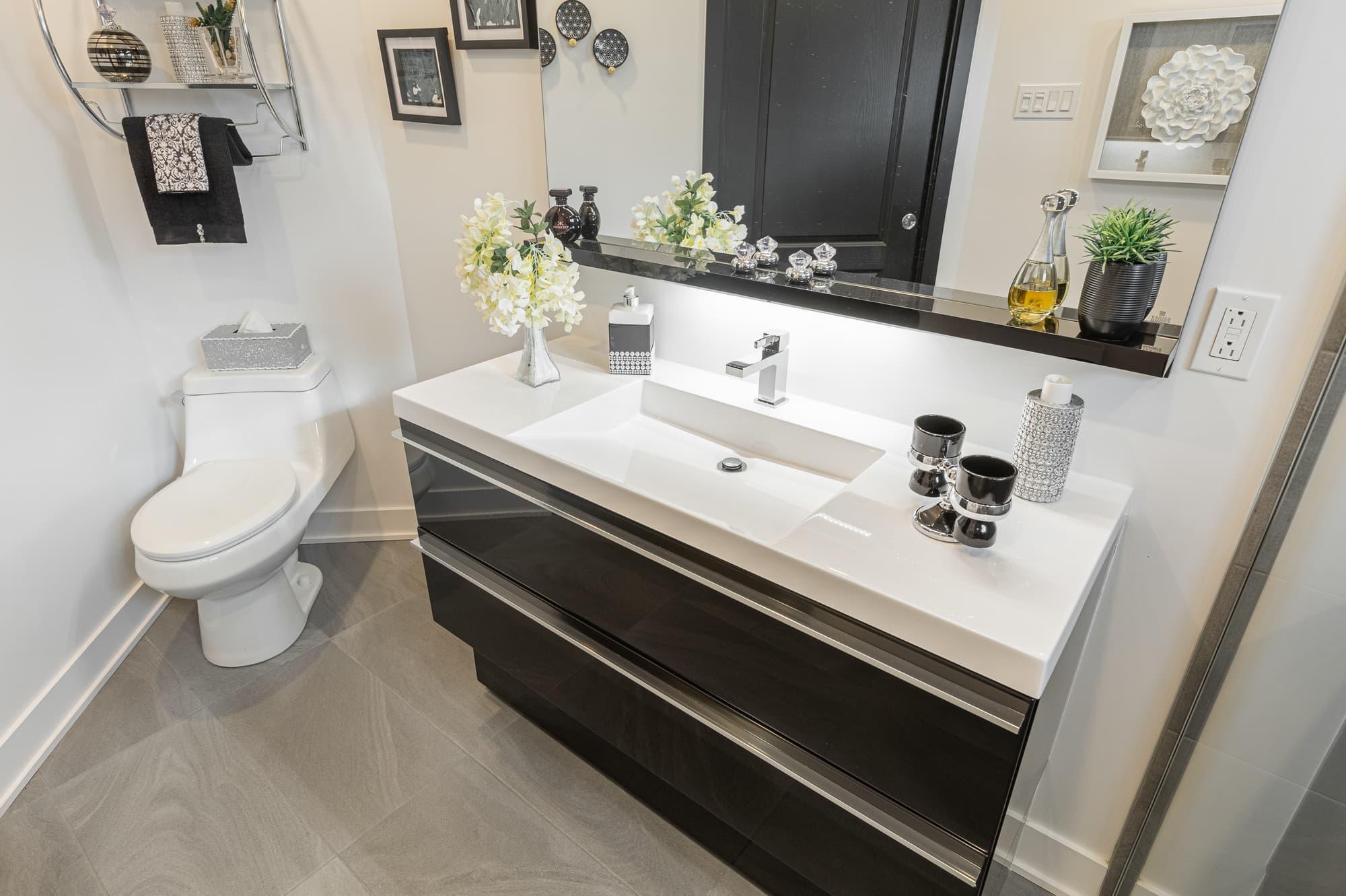 vanité de salle de bain sur mesure avec lavabo encastré blanc