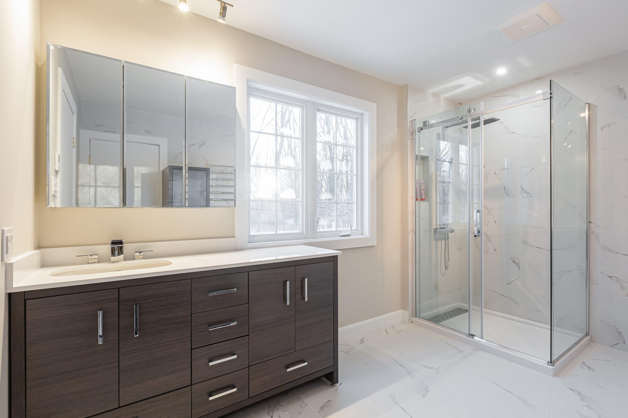 vanité de salle de bain sur mesure avec douche en verre