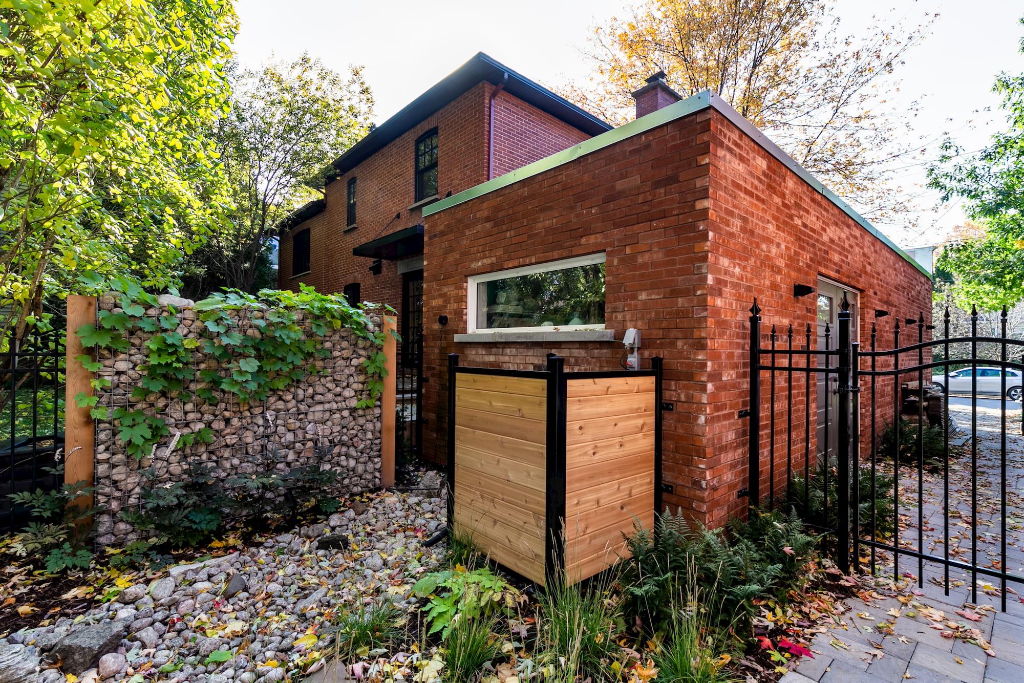 ajout de garage en brique rouge avec fenêtre arrière rectangulaire