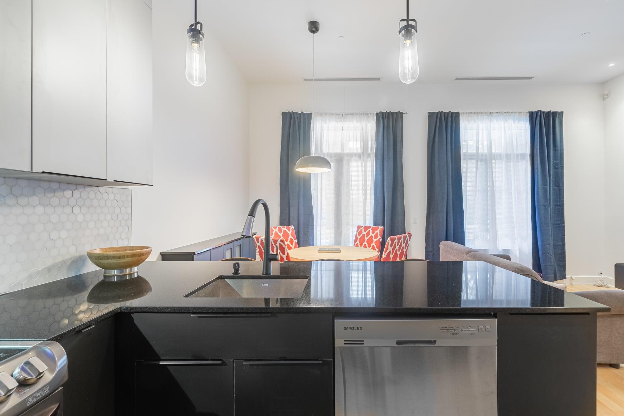 cuisine moderne design avec armoires deux tons et comptoir noir