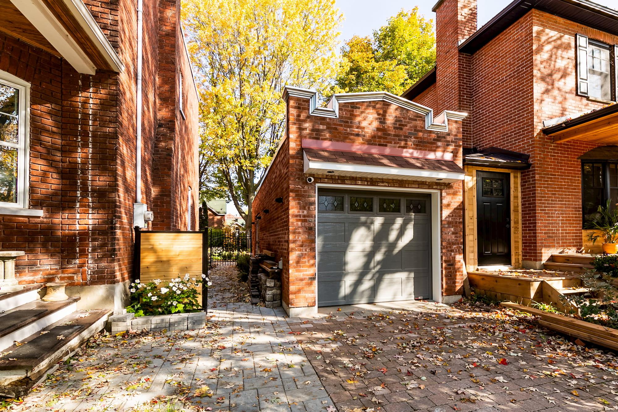 garage détaché de style classique en brique rouge
