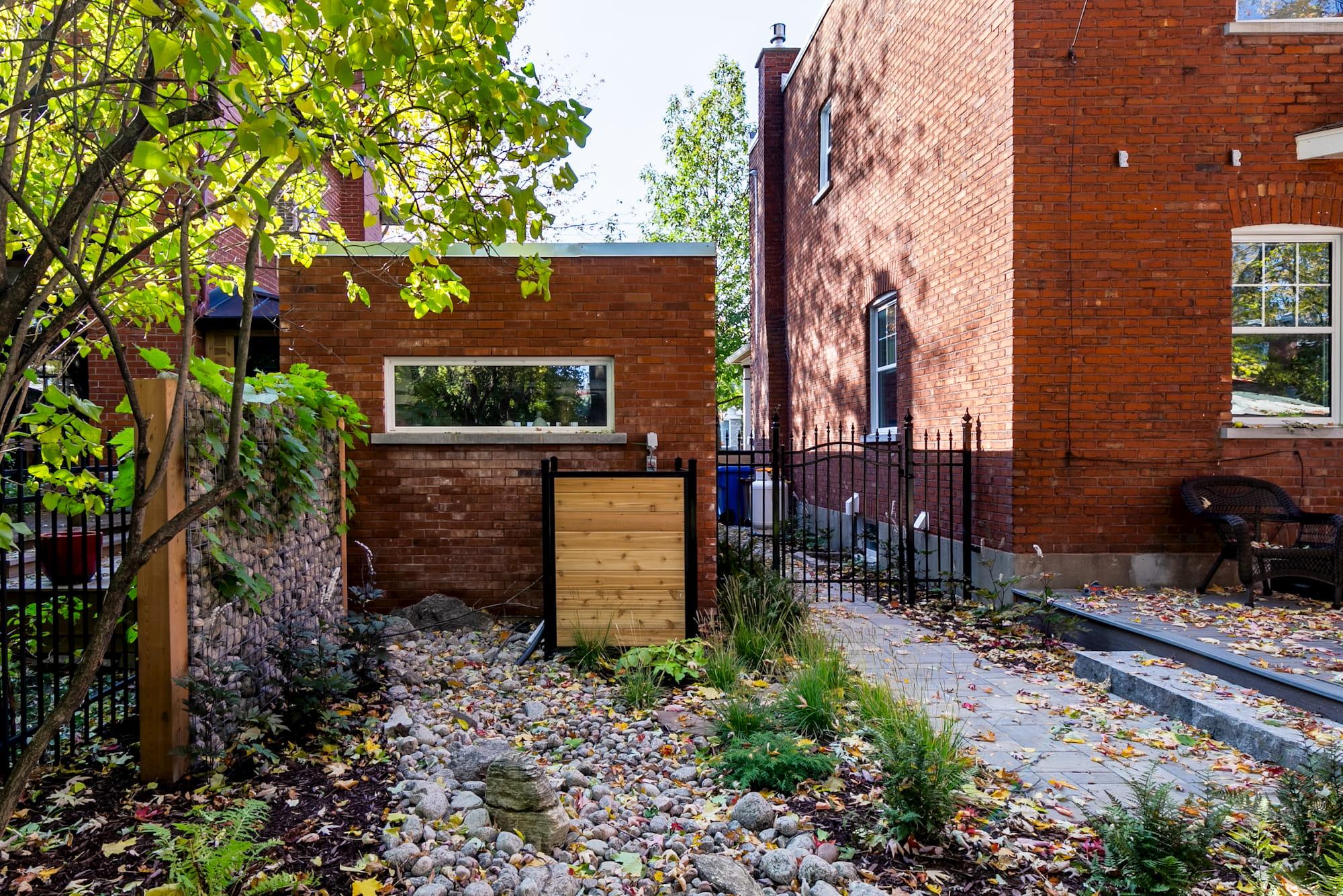 reconstruction de garage en brique rouge vue de l'arrière