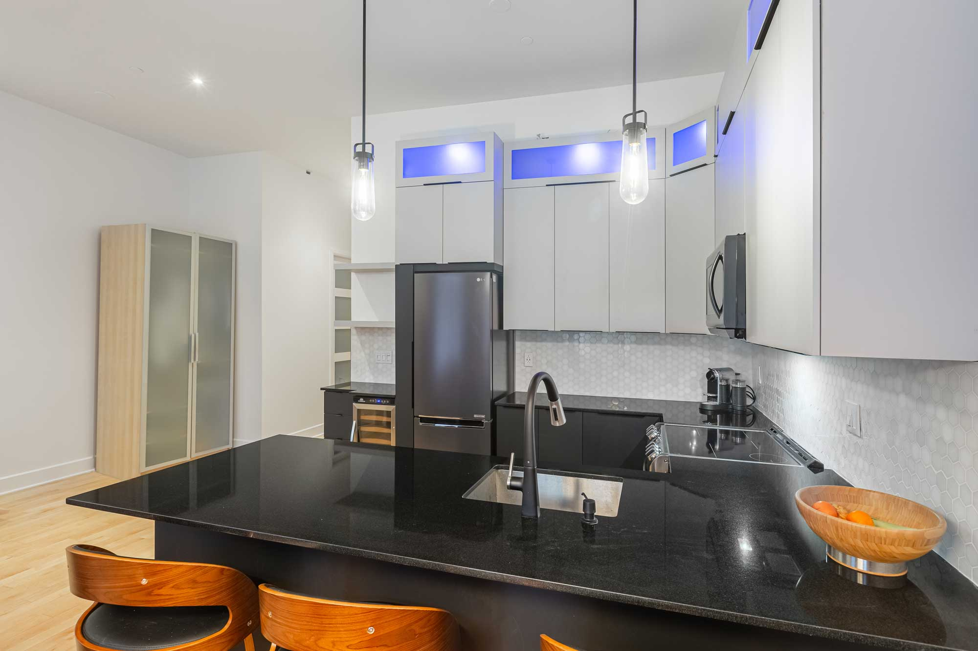rénovation d'une cuisine moderne deux tons avec comptoir noir