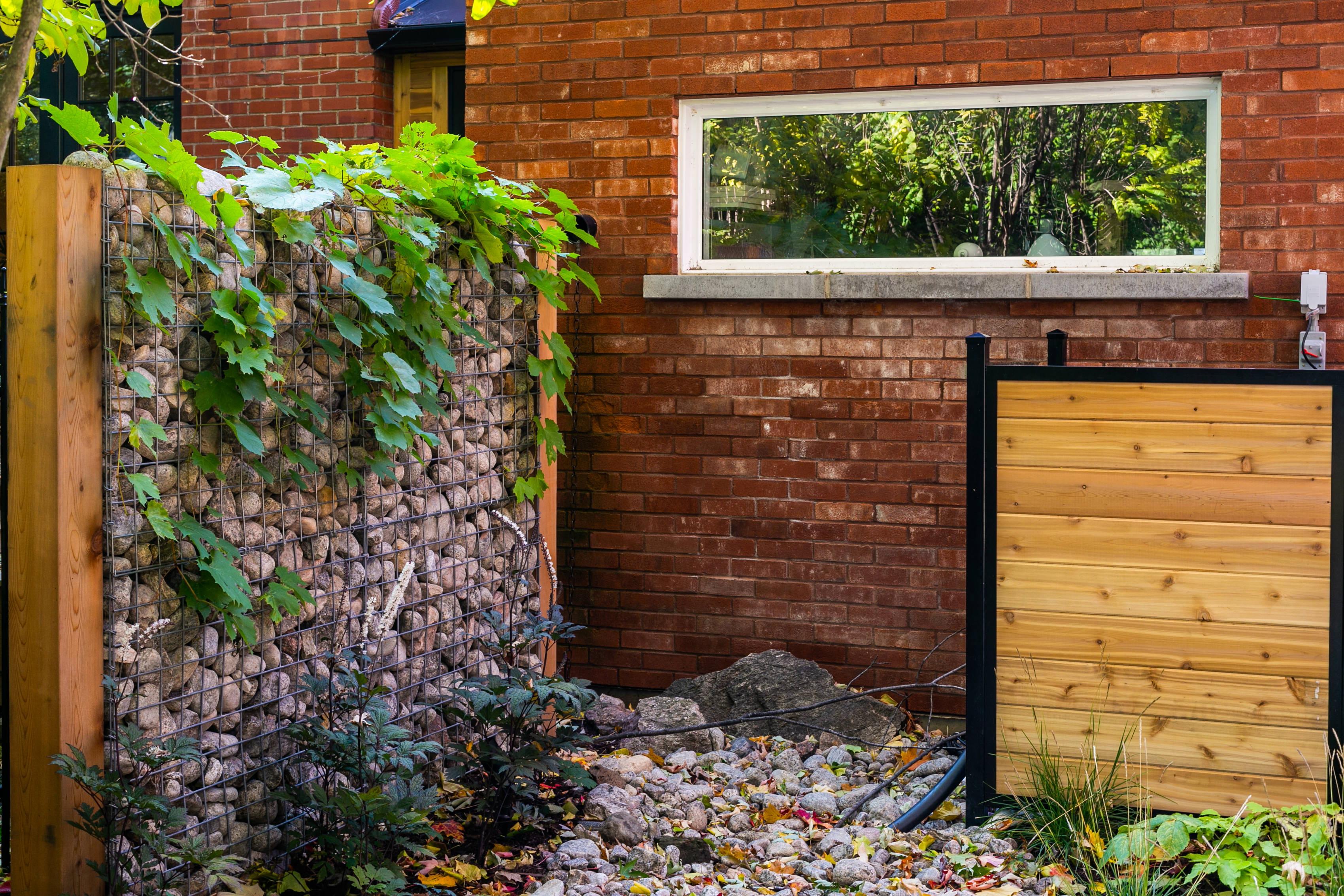 revêtement de garage en brique avec grande fenêtre rectangle