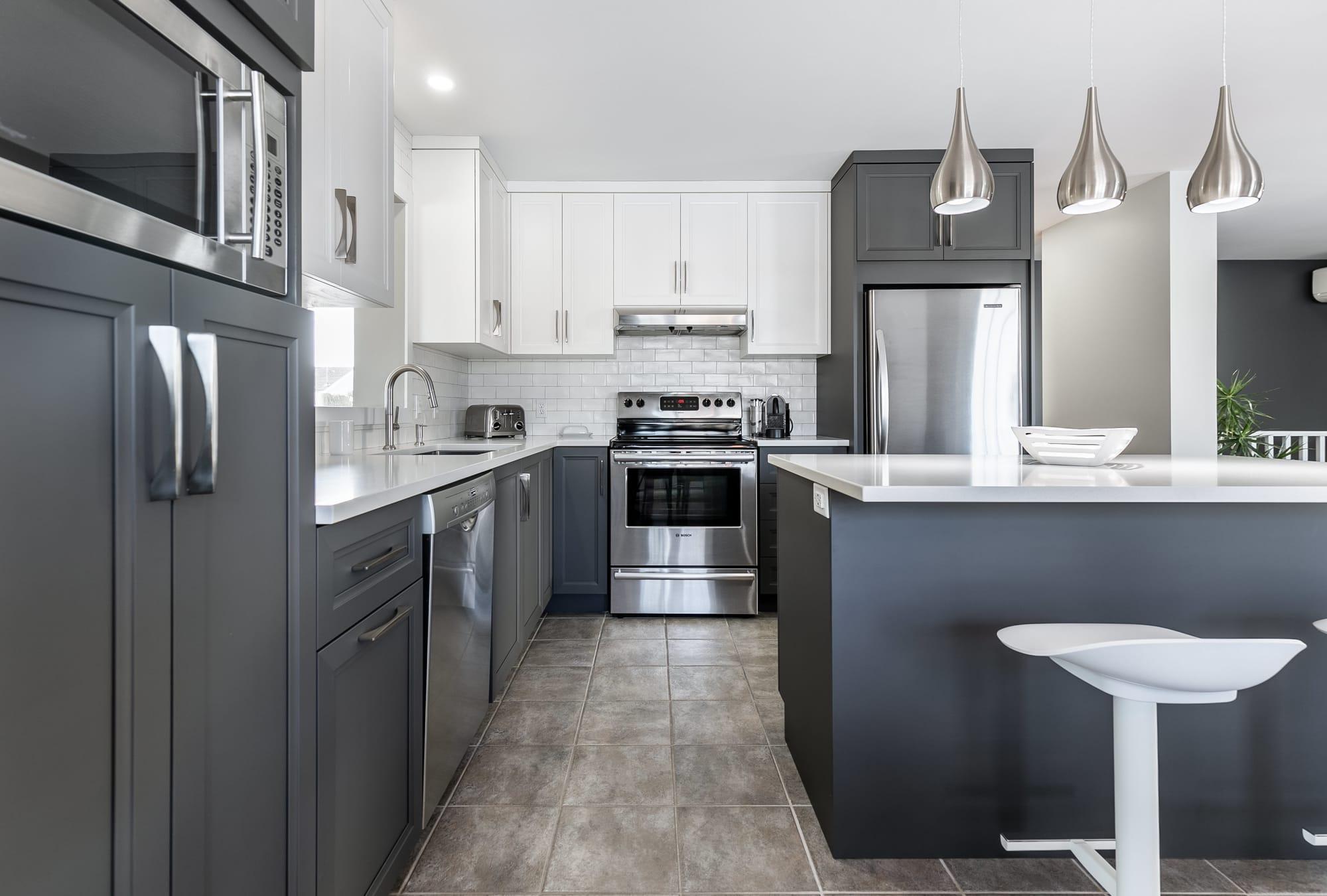 cuisine moderne design grise et blanche avec îlot
