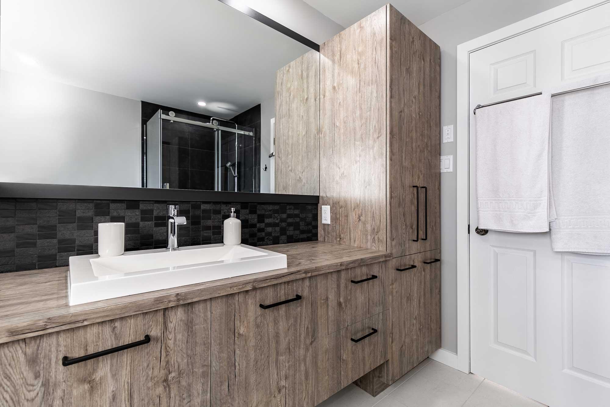 design de salle de bain moderne avec armoires beiges et grand miroir