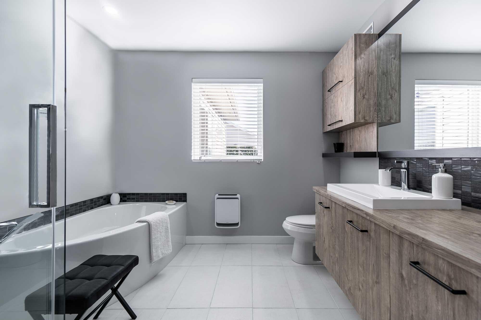rénovation de salle de bain moderne avec bain autoportant et douche vitrée