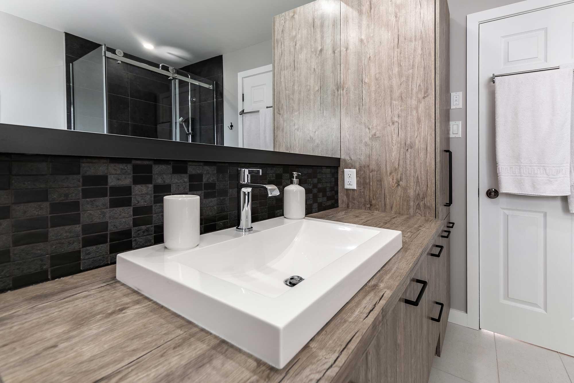 salle de bain design avec lavabo rectangle blanc et grand miroir