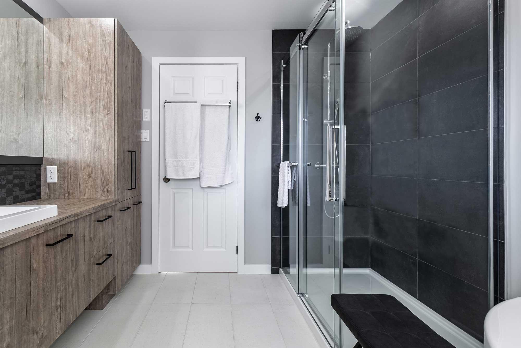 salle de bain moderne avec vanité sur mesure et douche vitrée