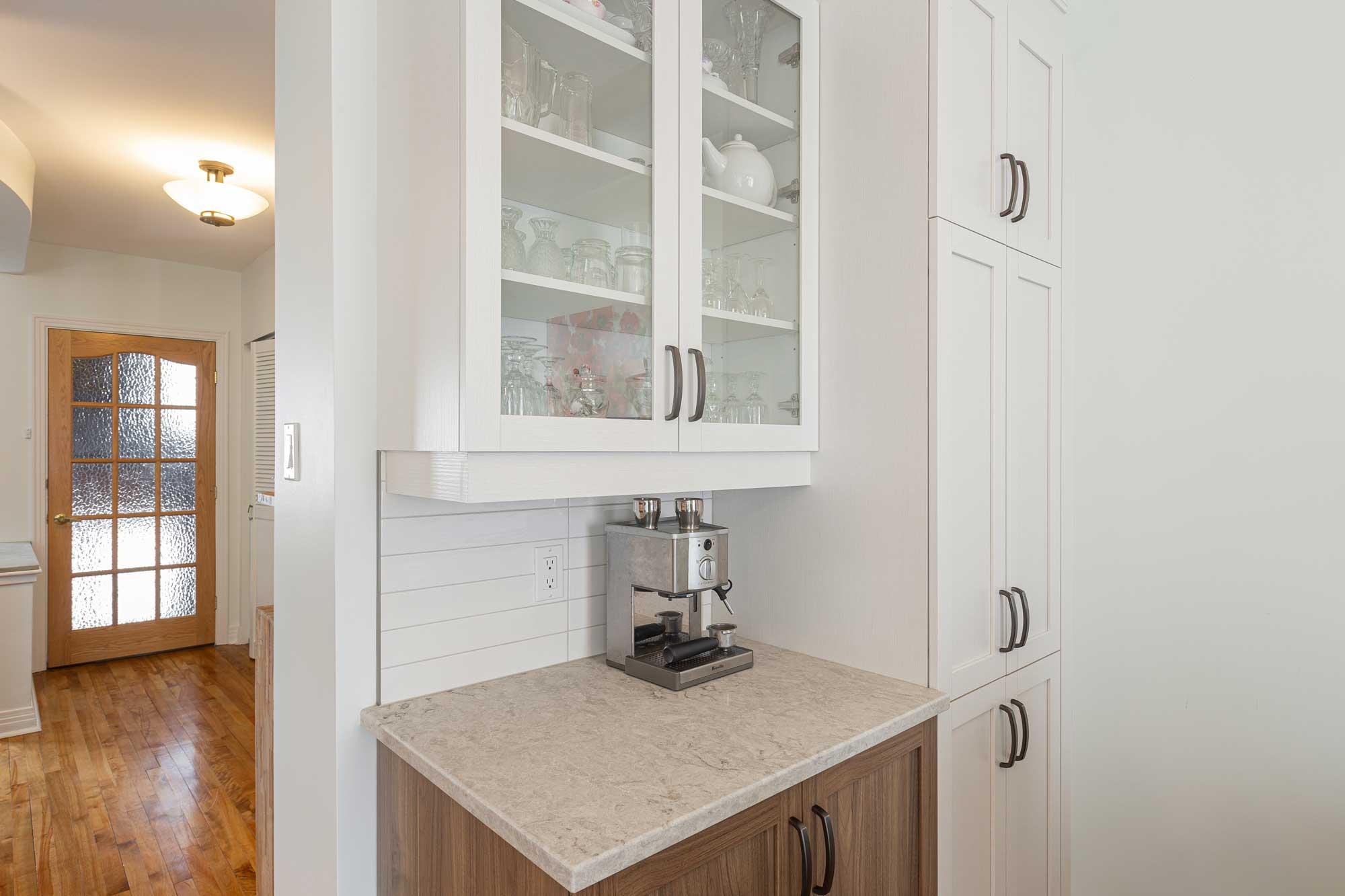 coin café dans cuisine moderne avec armoire vitrée