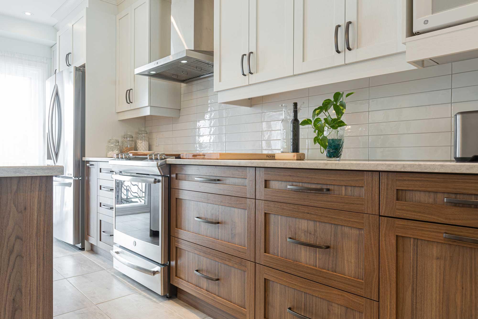 vue grand plan armoires bois dans cuisine moderne