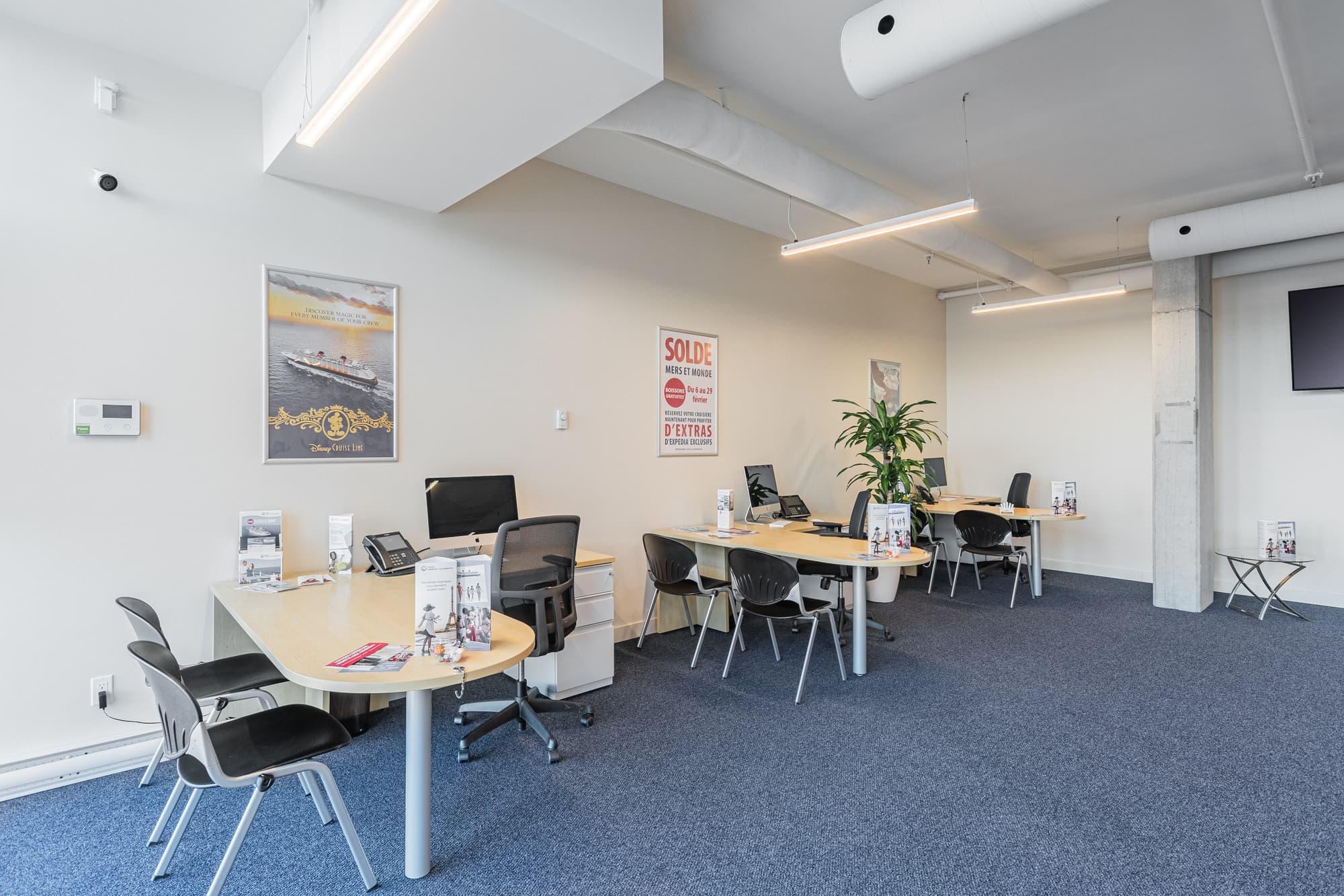 bureau professionnel avec tapis bleu et bureaux au fini érable