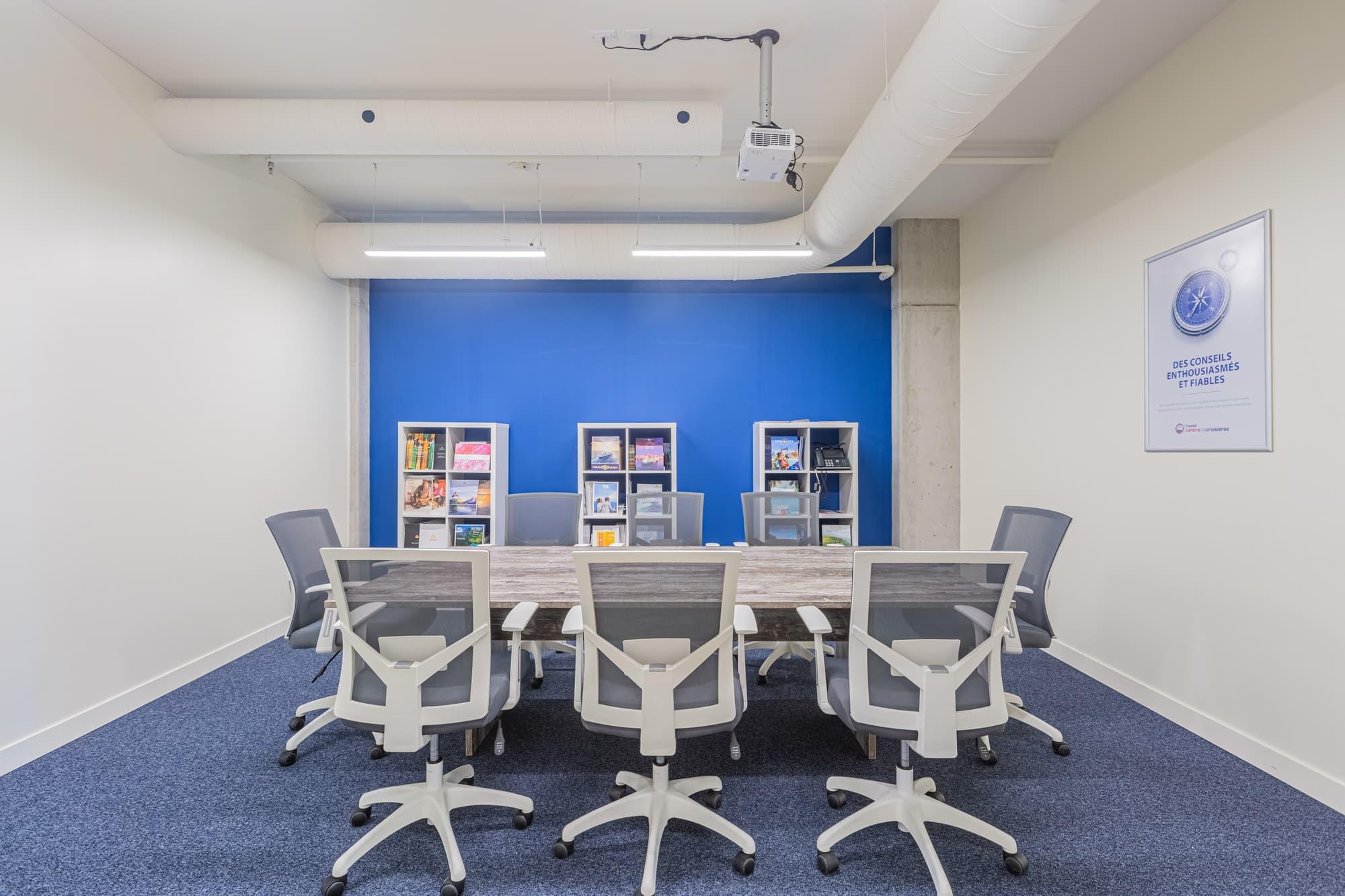 salle de conférence avec tapis et mur accent bleu