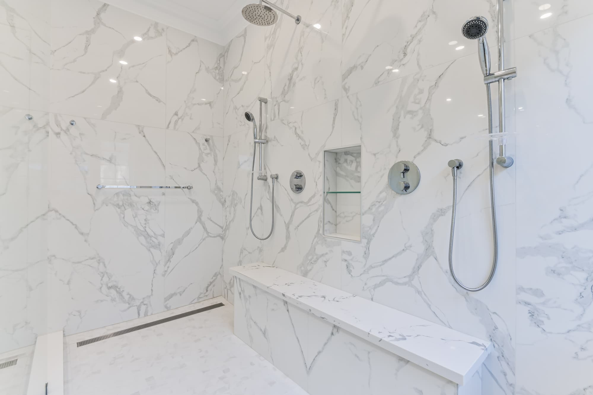 classical bathroom decor whit an italian shower and integrated bench