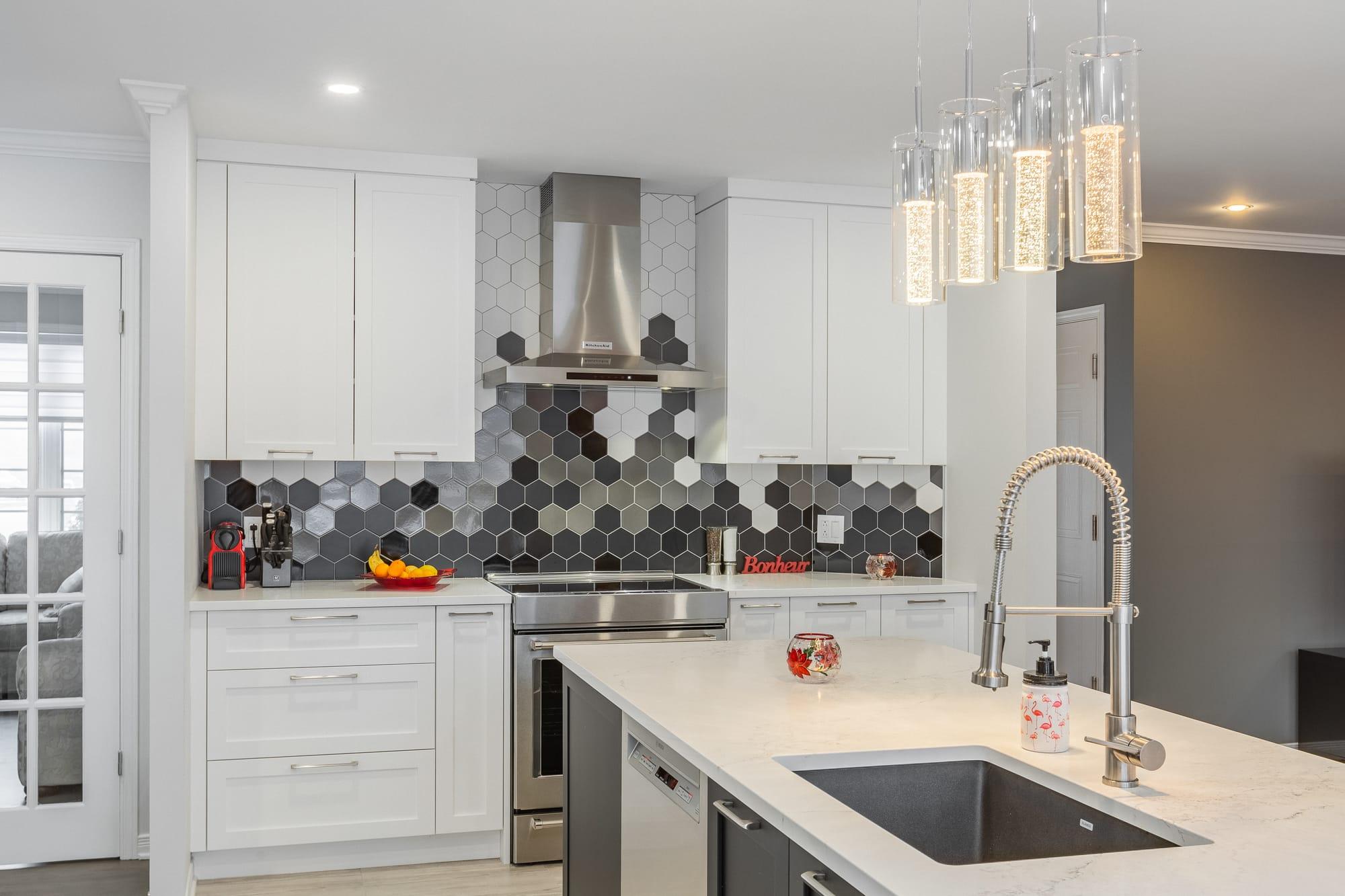 cuisine moderne avec armoires de style shaker blanches et îlot foncé