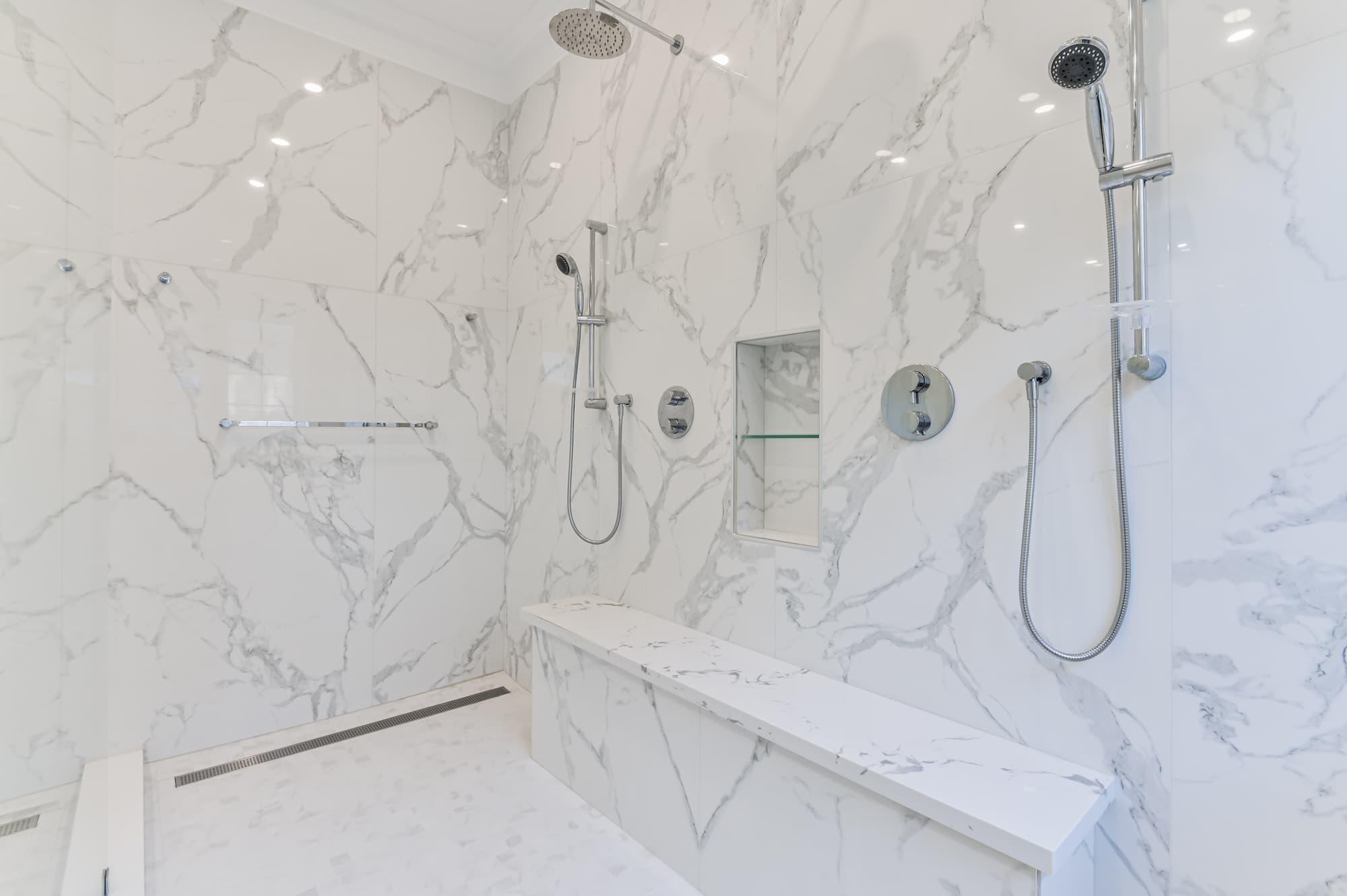 douche en céramique imitation de marbre avec banc intégré et alcôve