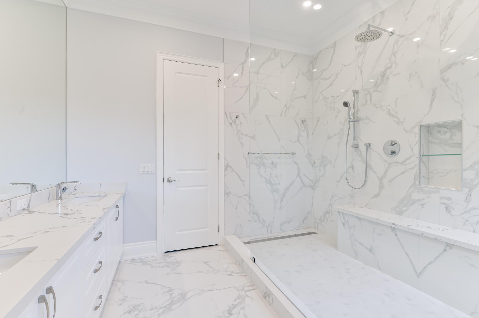 douche italienne avec tuiles de céramique imitation de marbre