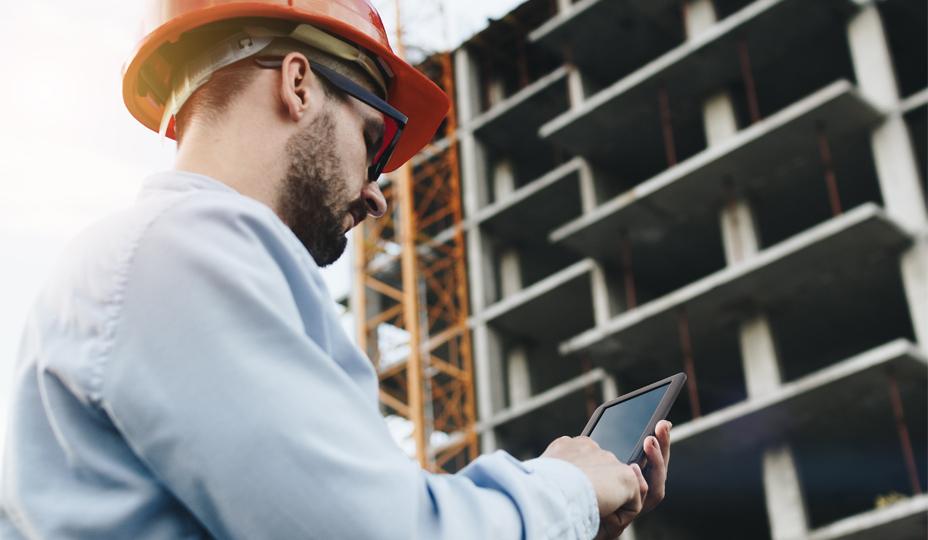 employé-construction-calculant-
