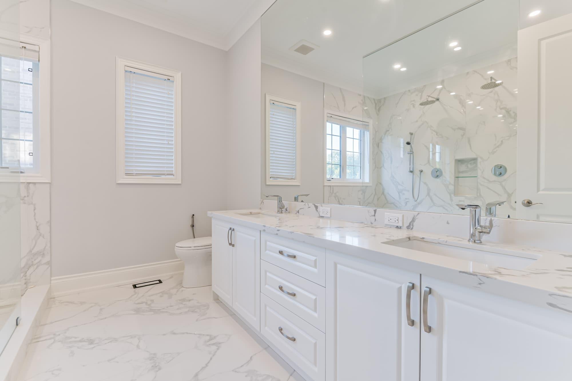 rénovation de salle de bain de style classic avec tuiles de céramique imitation de marbre